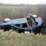 Mașină răsturnată în șanț, între Cermei și Șomoșcheș. Trei tineri, răniți