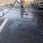 Accident pe autostradă. Cantităţi mari de bitum s-au scurs dintr-o autocisternă