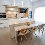 Bucătăriile moderne – spații luminoase, în care fiecare element este ales cu grijă