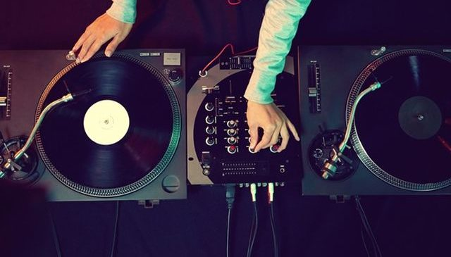 Creează atmosferă cu ajutorul unui mixer DJ ieftin, dar performant