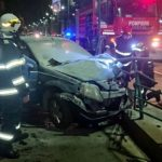 O mașină a luat foc după ce a intrat în refugiul unei stații de tramvai