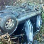 Mașină răsturnată într-un șanț. Două persoane au fost duse la spital