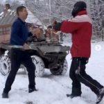 Tineri din Arad, atacaţi cu parul după ce ar fi intrat cu ATV-urile pe o proprietate privată