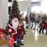Moș Crăciun a venit în zbor pentru copiii din centrele de plasament din județul Arad