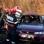 UPDATE O mașină a intrat într-un stâlp, la Căpruța. Trei persoane au fost duse la spital
