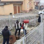 Canalizarea din Covăsânț, blocată cu chiloți, tampoane, haine, cutii de suc și bere