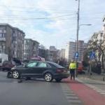 Accident cu trei mașini implicate. Victimă: un biciclist lovit pe trecerea de pietoni