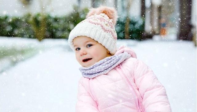 5 greseli pe care le fac aradencele cand isi scot copiii la joaca in anotimpul rece