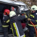 UPDATE Trei răniţi, între care un copil, după ce un microbuz s-a izbit de un copac