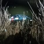 UPDATE Autoturism în lacul de la Ghioroc. Două persoane au abandonat mașina și au fugit din zonă