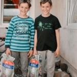 Zeci de copii din Săvârșin au primit rechizite din partea Casei Regale