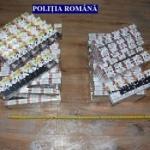 Percheziții în Arad. Bani și țigări de contrabandă, confiscate de polițiști