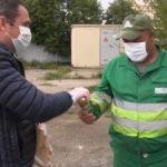 Tradiția lui Bibarț. Primarul i-a cinstit, din nou, cu bere pe muncitorii de la salubrizare