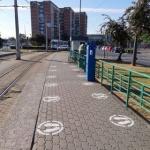 Marcaje speciale în staţiile de tramvai din Arad, pentru păstrarea distanţării fizice între călători