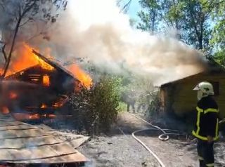 UPDATE Căsuţe de camping de pe malul Mureșului, cuprinse de un incendiu