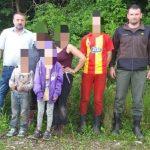 O mamă şi patru copii pierduţi într-o pădure, găsiţi după câteva ore