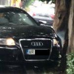 Șofer urmărit de polițiști, în Arad. Mașina a lovit un imobil, un copac și un autoturism