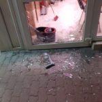 Dosar penal pentru distrugere. Un bărbat a spart ușa unui magazin din Arad