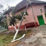 Nemulţumiri în satul Măderat pentru că un stâlp căzut pe casa unei bătrâne nu este ridicat
