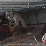 Zece migranți din Afganistan, depistați ascunşi în două TIR-uri la PTF Nădlac II
