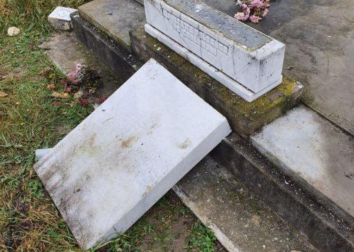 Morminte vandalizate în cimitirul reformat din Vânători. Cinci minori sunt cercetați de polițiști