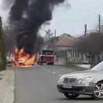 Maşină cuprinsă de flăcări, la Șiria. Șoferul a reușit să se salveze