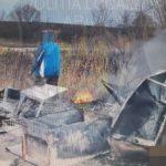 Arădean prins în timp ce incendia cauciucuri și aparate electrocasnice defecte în albia râului Mureș