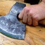 Bărbat din Pâncota, lovit cu toporul în propria casă de un tânăr din București