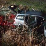 Mașină căzută într-un canal de pe marginea drumului de centură a orașului Ineu. Cinci persoane au fost duse la spital