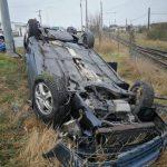 Autoturism răsturnat în afara părții carosabile, pe Calea Aurel Vlaicu