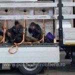 46 de migranți au fost găsiți ascunși în nouă autotrenuri, la frontieră