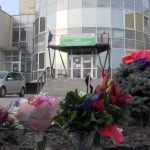 Câţiva arădeni au dus flori la spitalul COVID-19 din Grădiște şi i-au aplaudat pe medici