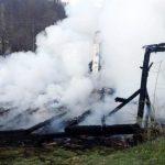 Femeie găsită moartă într-o casă din Roșia Nouă care a ars în totalitate