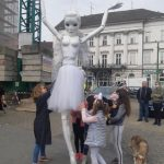 Păpuşă gigant, ridicată în aer pentru a marca 70 de ani de la înfiinţarea Teatrului de Marionete din Arad