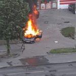 Maşină în flăcări, în parcarea unui supermarket. În autovehicul se afla un bărbat mort