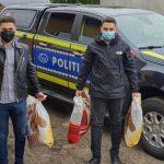Cadouri pentru cățeii abandonați, oferite de polițiștii de la Biroul pentru Protecția Animalelor Arad