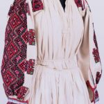 Expoziții de cămăși tradiționale femeiești din colecția de etnografie, organizate de Complexul Muzeal Arad