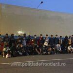 50 de migranti ascunși în remorca frigorifică a unui autocamion, depistați la PTF Nădlac