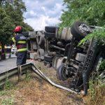 Autotren răsturnat pe DN 7, la Bârzava. Șoferul a murit