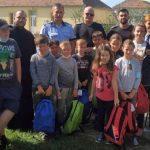 Poliţiştii arădeni au dăruit copiilor din mediul rural ghiozdane şi rechizite
